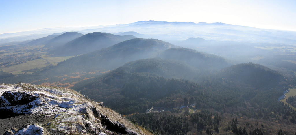 Panorama_volcans_d_auvergne_sud